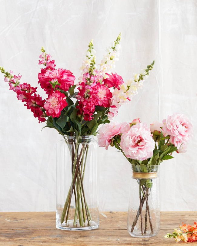 Những cành hoa với màu rực rỡ được cắm nhẹ nhàng bên trong những chiếc lọ thủy tinh giúp bất kỳ góc nào mà chúng hiện diện đều ấn chứa những điều ngọt ngào, dịu dàng của mùa xuân.