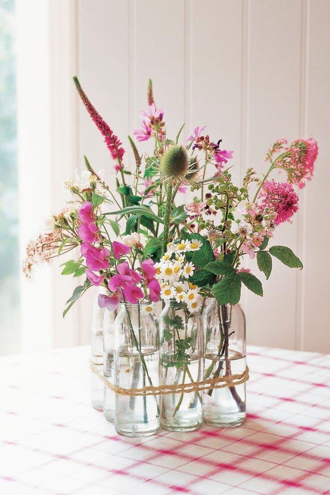 Không chọn một loại hoa mà chọn nhiều loại, nhiều cành lá kích cỡ khác nhau và cắm ngẫu hứng trong những chiếc chai cũng là ý tưởng thú vị bạn không nên bỏ qua.
