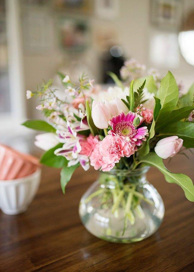 Cắm hoa, cắm thêm những chiếc lá xanh để bức tranh mùa xuân thêm ấn tượng.