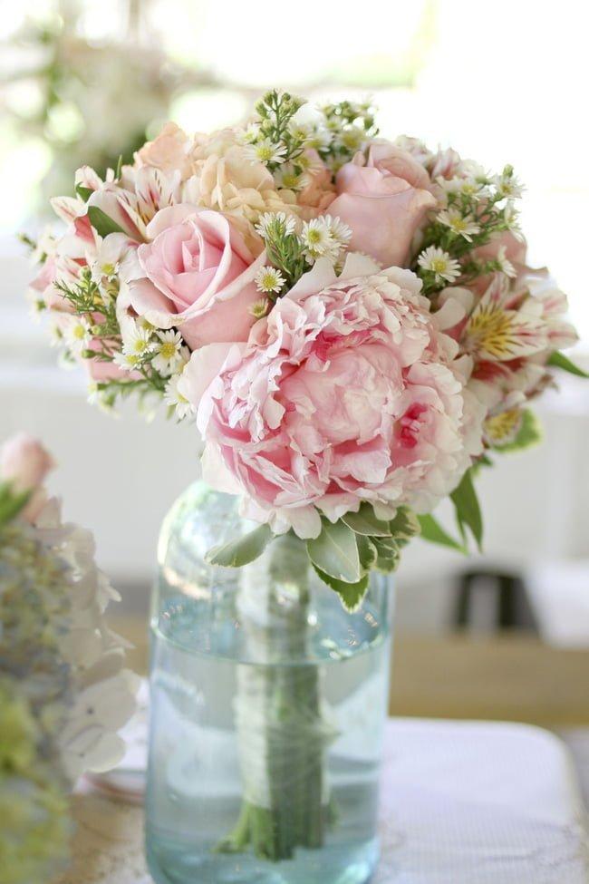 """ắm hoa không còn là công việc quá """"nặng nhọc"""" và mất thì giờ bởi bạn có thể chọn hoa và bó chúng lại gọn gàng, cắm chúng vào bình thủy tinh đã chuẩn bị sẵn là có ngay một góc nhỏ yêu thương trong dịp Xuân về."""