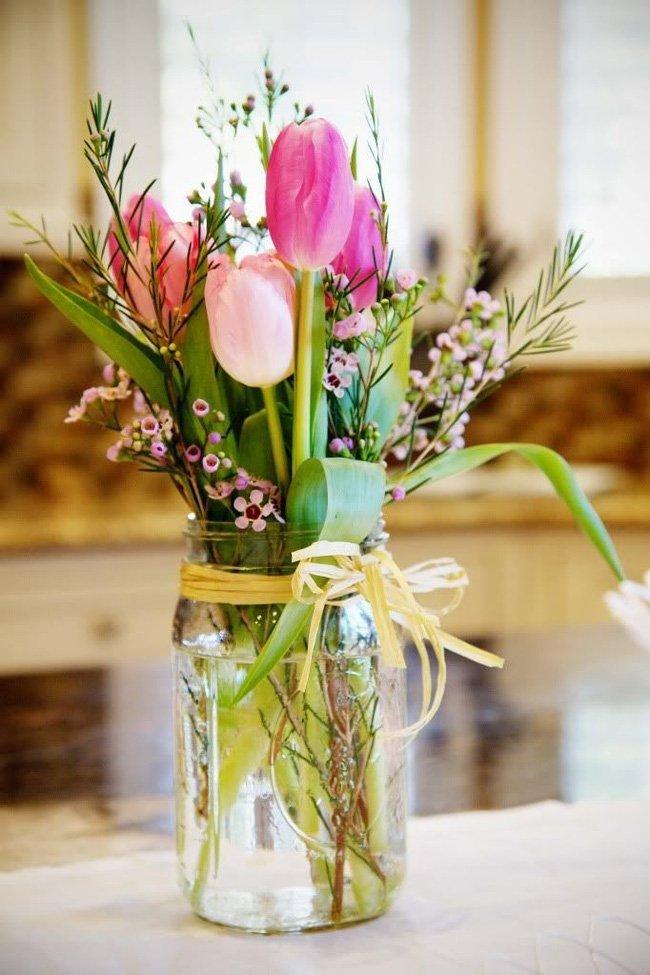 Buộc những bông tulip kèm với các loài hoa khác là cách thú vị mang đến chốn đi về vẻ đẹp sang trọng và ngọt ngào dịp đầu năm.