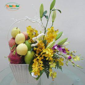 Giỏ hoa tươi và trái cây