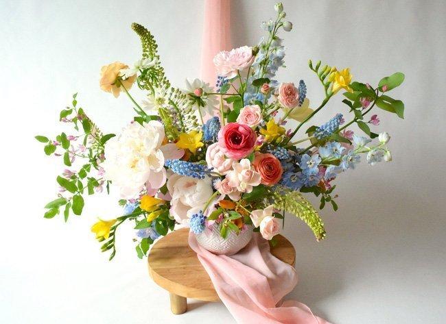 Một bình hoa với đủ sắc màu tươi tắn, không cần cầu kỳ trong cách tạo hình vẫn đủ giúp cho mọi vị khách ghé thăm sẽ ngắm mãi không biết chán tác phẩm.