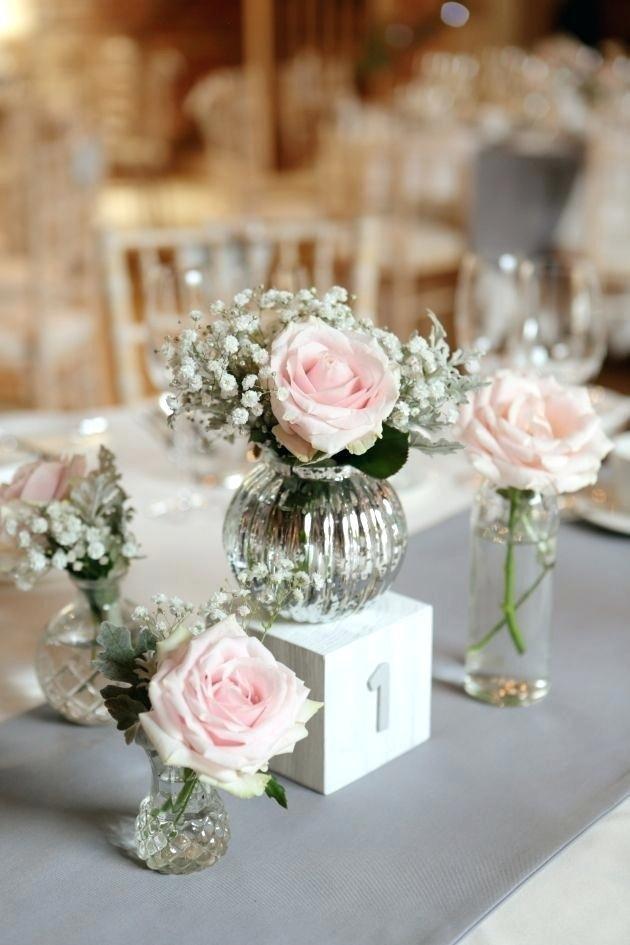 Khi việc cắm hoa là một công việc khá khó khăn, việc của bạn chỉ là chọn những chiếc bình thật xinh xắn với kích cỡ nho nhỏ, chọn những bông hoa tươi tắn với gam màu tinh tế. Cắm một hoặc hai bông kèm cành hoa làm nền. Đặt chúng lần lượt cạnh nhau là đủ để bất kỳ ai vào nhà cũng sẽ trầm trồ khen tặng sự khéo léo và thẩm mỹ tinh tế của bạn.